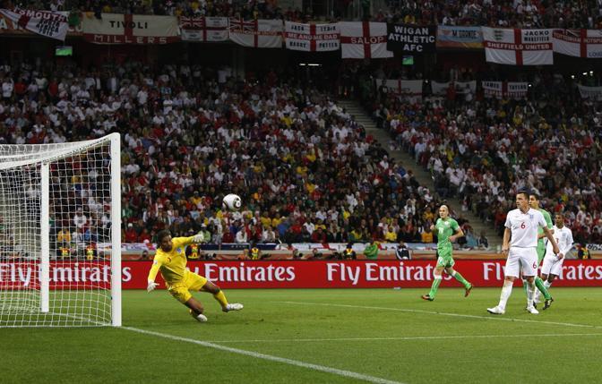 Inghilterra-Algeria 0-0: in porta David James controlla che il pallone vada sul fondo (Epa)