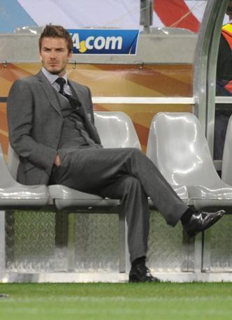 Inghilterra-Algeria 0-0: David Beckham guarda sconsolato i propri compagni (Afp)