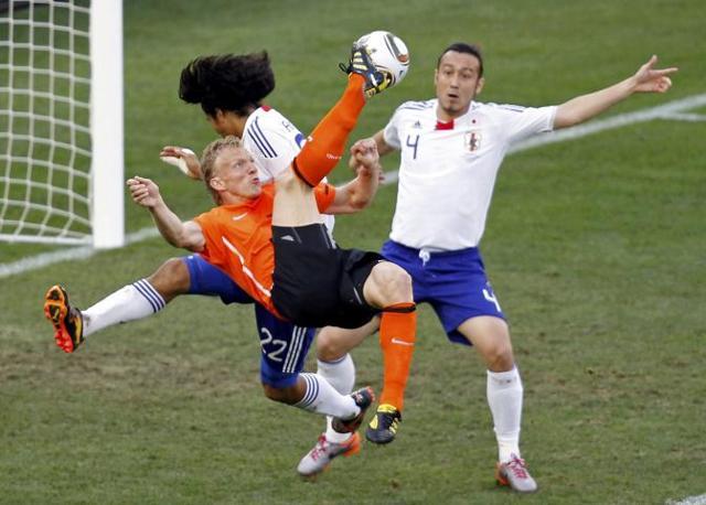 Olanda-Giappone 1-0: Kuyt tenta un tiro in porta, contrastato da Nakazawa e Tulio (Reuters)