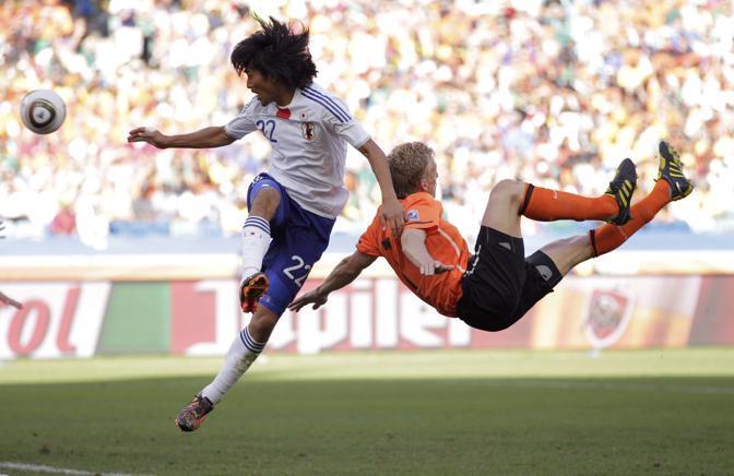 Olanda-Giappone 1-0: un contrasto fra Nakazawa e Kuyt (Reuters)