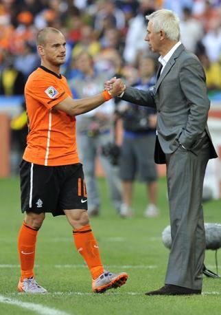 Olanda-Giappone 1-0: il ct olandese Bert van Marwijk si congratula con Sneijder (Epa)