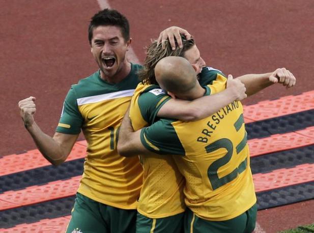 Ghana-Australia 1-1: Holman festeggiato dai compagni (Ap)