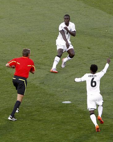 Ghana-Australia 1-1: Mensah protesta con l'arbitro Rosetti per un presunto tocco di mano (Reuters)