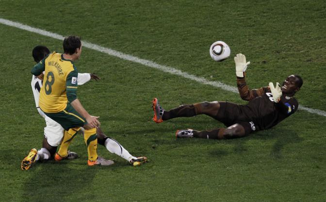 Ghana-Australia 1-1: il portiere ghanese Kingson blocca una palla di Wilkshire (Ap)