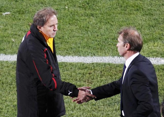 Ghana-Australia 1-1: la stretta di mano tra i due ct, Rajevac e Verbeek (Reuters)