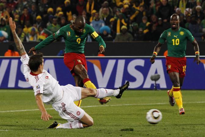 Camerun-Danimarca 1-2: la palla gol di Eto'o (Ap)