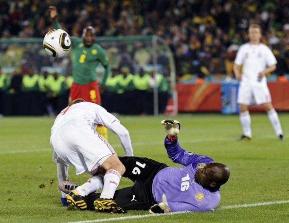 Camerun-Danimarca 1-2: una collisione tra Tomasson e il portiere del Camerun Souleymanou (Reuters)