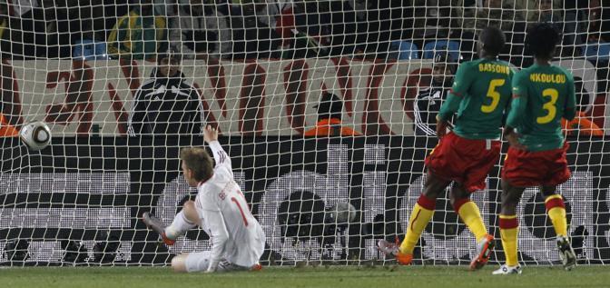 Camerun-Danimarca 1-2: il gol di Bendtner (Ap)