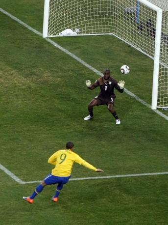 Brasile-Costa d'Avorio: il gol dell'1-0 segnato da Luis Fabiano (Ap)