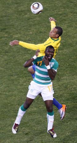 Brasile-Costa d'Avorio: un contrasto tra Luis Fabiano e Siaka Tiene (Epa)