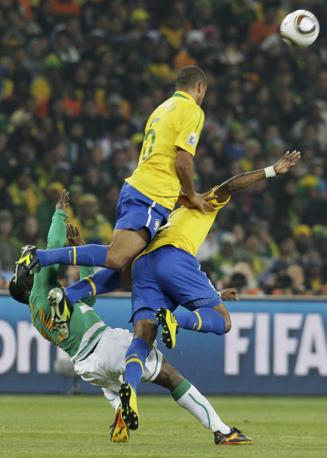 Brasile-Costa d'Avorio: Felipe Melo respinge il pallone (Reuters)