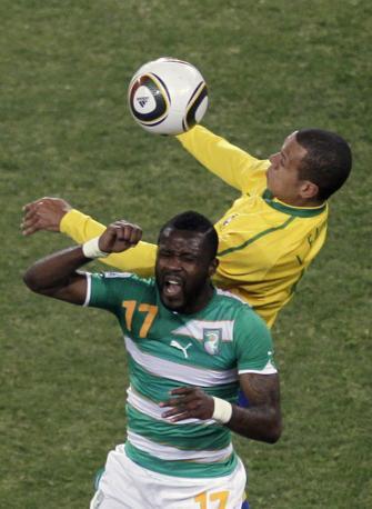 Brasile-Costa d'Avorio:  corpo a corpo tra Luis Fabiano e Tiene (Ap)