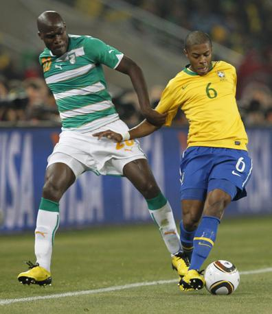 Brasile-Costa d'Avorio: un contrasto tra il brasiliano Bastos e l'ivoriano Demel (Epa)