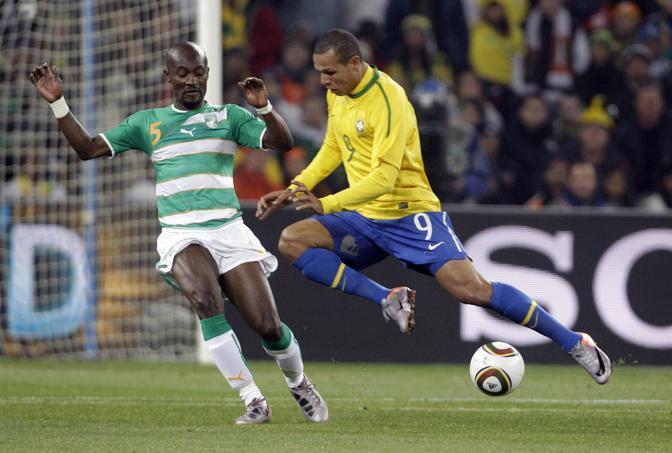 Brasile-Costa d'Avorio: Luis Fabiano affronta Zokora (Ap)