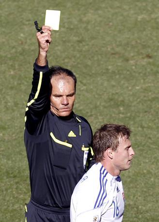 Slovacchia-Paraguay 0-2: l'arbitro Eddy Maillet delle Seychelles mostra il cartellino giallo allo slovacco Durica (Reuters)