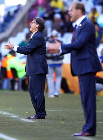 Slovacchia-Paraguay 0-2: i due allenatori, del Paraguay Gerardo Martino (a sinistra) e Vladimir Weiss della Slovacchia (Epa)