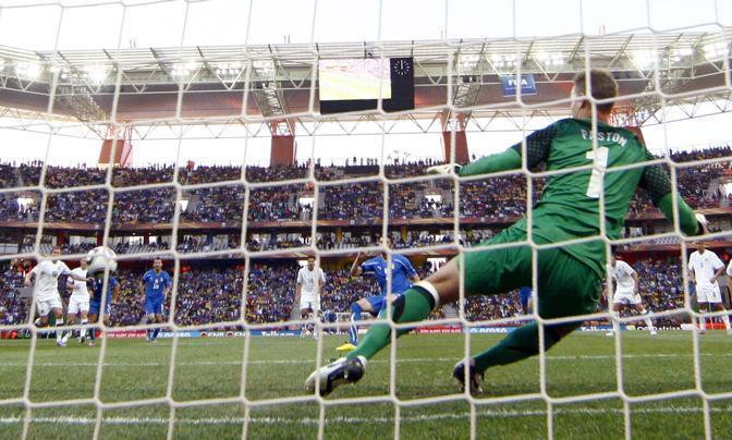 Italia-Nuova Zelanda: Iaquinta segna il rigore dell'1-1 (Reuters)