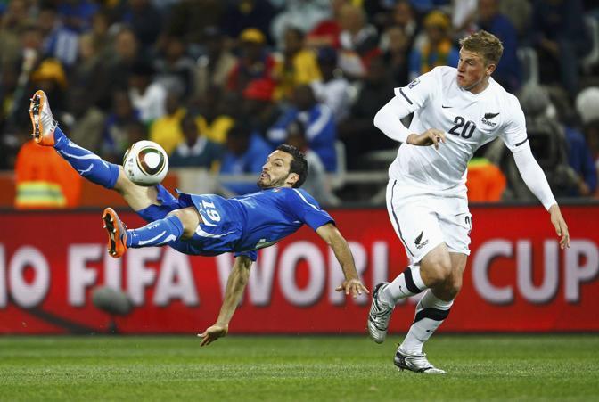 Italia-Nuova Zelanda, secondo tempo: acrobazia difensiva di Zambrotta (Reuters)