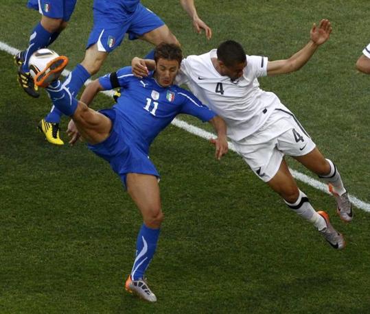 Italia-Nuova Zelanda: il contrasto tra Gilardino e Reid (Reuters)