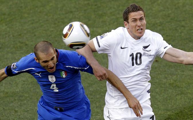 Italia-Nuova Zelanda: contrasto tra Chiellini e Killen (Ap)