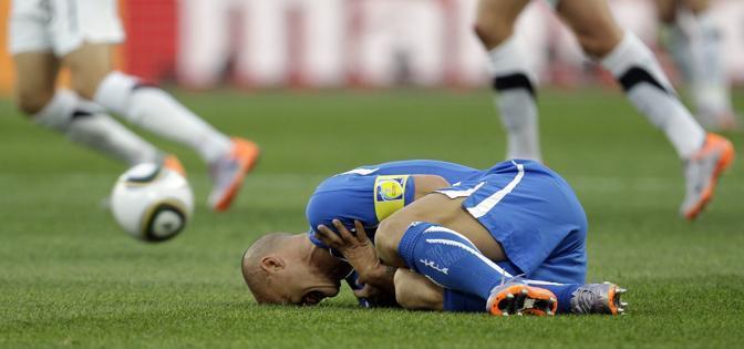 Italia-Nuova Zelanda: Cannavaro steso da un avversario (Ap)