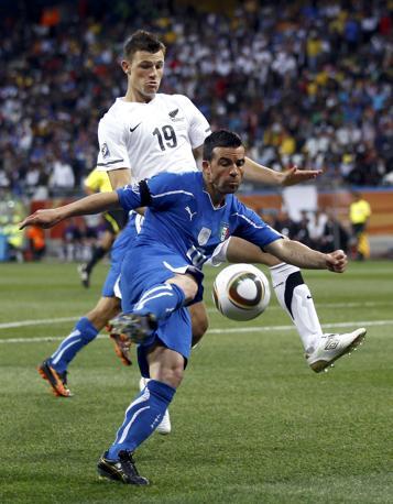 Italia-Nuova Zelanda, secondo tempo: Di Natale inseguito da Smith (Reuters)