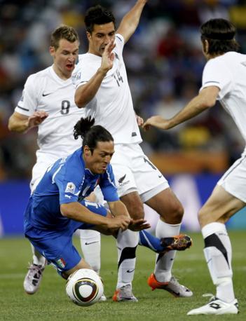 Italia-Nuova Zelanda, secondo tempo: Camoranesi viene atterrato (Reuters)