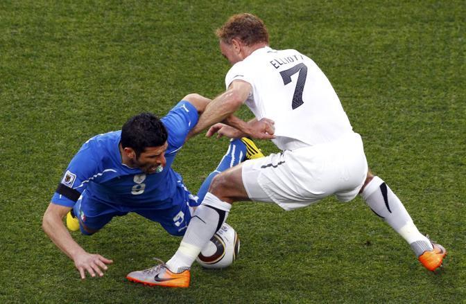 Italia-Nuova Zelanda, secondo tempo: Iaquinta finisce a terra (Reuters)