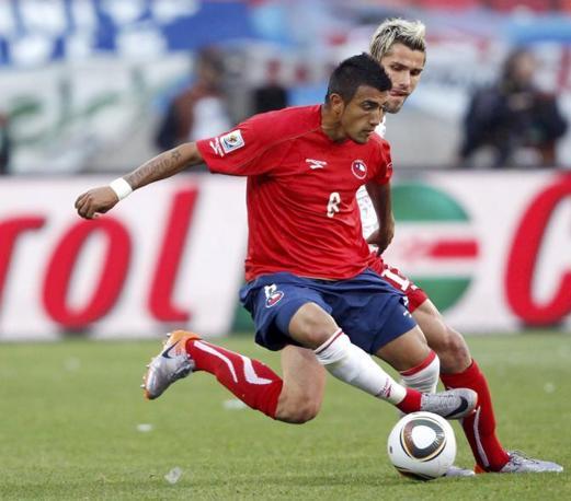 Vidal prova a liberarsi di Behrami (Reuters)