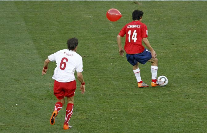 Un palloncino tra Fernandez e Huggel (Reuters)