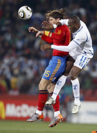 Contrasto tra Ramos e Suazo (Reuters)