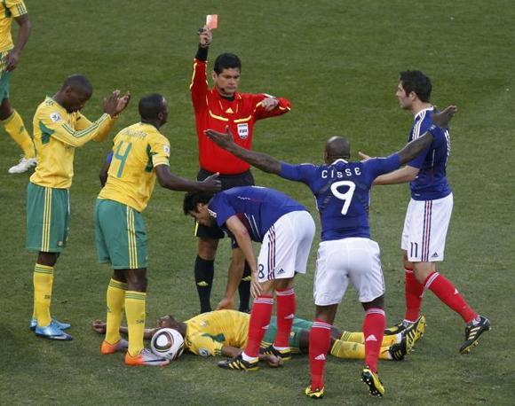Francia-Sudafrica 1-2: cartellino rosso per Gourcuff per un fallo su Sibaya (Reuters)