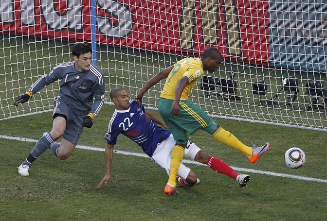 Francia-Sudafrica 1-2: il gol di Mphela (Reuters)