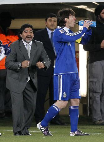 Grecia-Argentina 0-2: il ct argentino Maradona dà consigli a Lionel Messi (Ap)