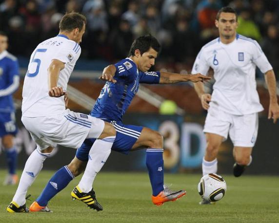 Grecia-Argentina 0-2: Aguero lotta per il possesso palla con Moras e Tziolis (Ap)