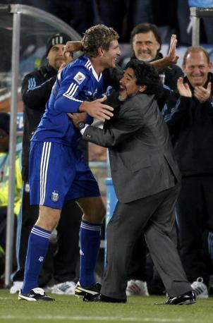 Grecia-Argentina 0-2: Maradona abbraccia Palermo (Reuters)