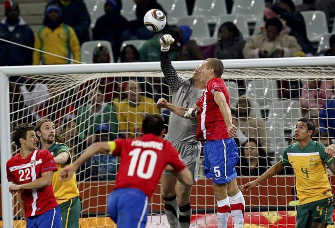 Australia-Serbia 2-1:  parata a pugno chiuso del portiere australiano Mark Schwarzer   (Reuters)