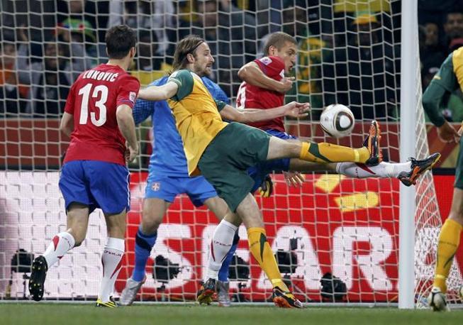 Australia-Serbia 2-1: un contrasto tra  Nemanja Vidic e Josh Kennedy (Reuters)