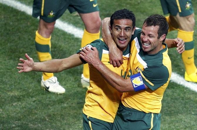 Australia-Serbia 2-1: Tim Cahill e Lucas Neill esultano dopo una delle due reti realizzate che non hanno comunque permesso alla nazionale australiana di passare il turno (Reuters)