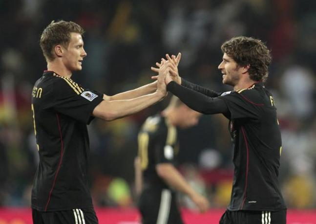 Ghana-Germania 0-1:  i tedeschi Arne Friedrich e Marcell Jansen esultano a fine gara.  Sia la  Germania che il Ghana si sono qualificate agli ottavi di finale (Reuters)