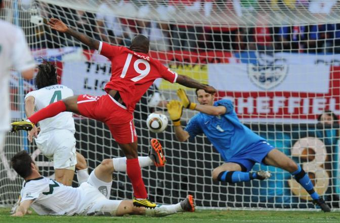 Slovenia-Inghilterra 0-1: il portiere Samir Handanovic pra il tiro dell'inglese Jermain Defoe (Ap)