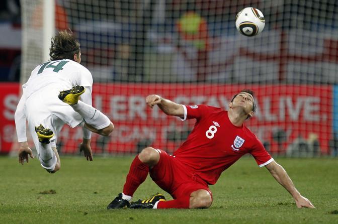 Slovenia-Inghilterra 0-1: Il tiro di Zlatko Dedic si fronte a Frank Lampard (Reuters)