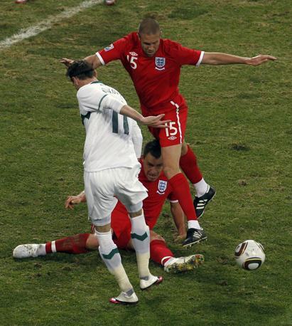 Slovenia-Inghilterra 0-1:  John Terry a terra cerca di controllare il pallone tra il suo compagno di squadra e Milivoje Novakovic (Ap)