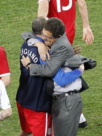 Slovenia-Inghilterra 0-1: L'abbraccio di  Fabio Capello con Wayne Rooney ala fine della partita