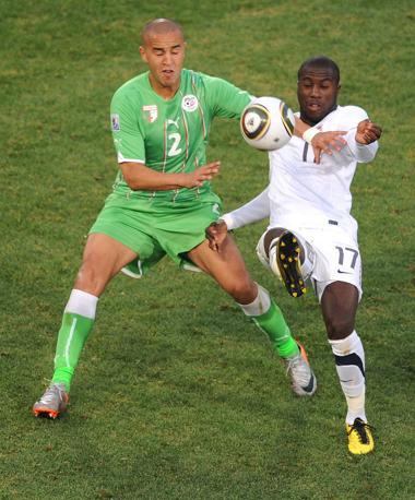 Stati Uniti-Algeria 1-0: contrasto tra Madjid Bougherra (a sinistra) e l'americano Jozy Altidore (Epa)