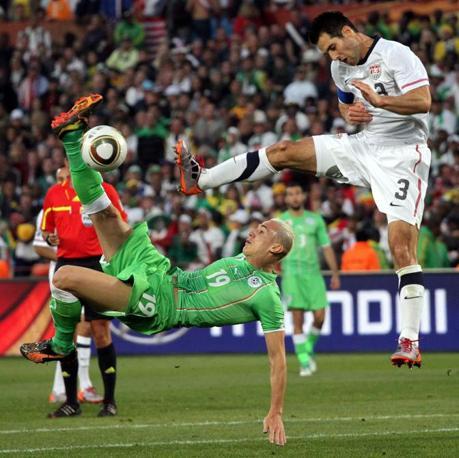 Stati Uniti-Algeria 1-0: Hassan Yebda (L) and USA s Carlos Bocanegra