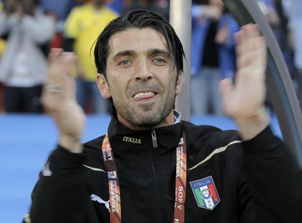 L'applauso di Buffon dopo l'inno d'Italia (Ap)