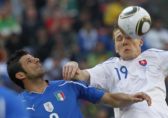 Vincenzo Iaquinta superato di testa da Juraj Kucka (Ap)