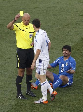 L'arbitro inglese Howard Webb ammonisce Zdeno Strba dopo un intervento su Gattuso (Reuters)
