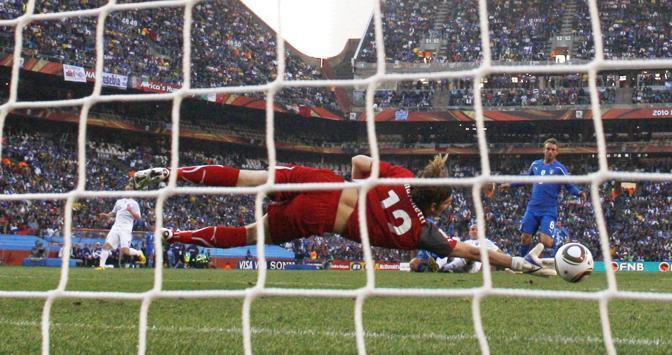 Federico Marchetti non arriva sulla palla calciata da Robert Vittek (Reuters)
